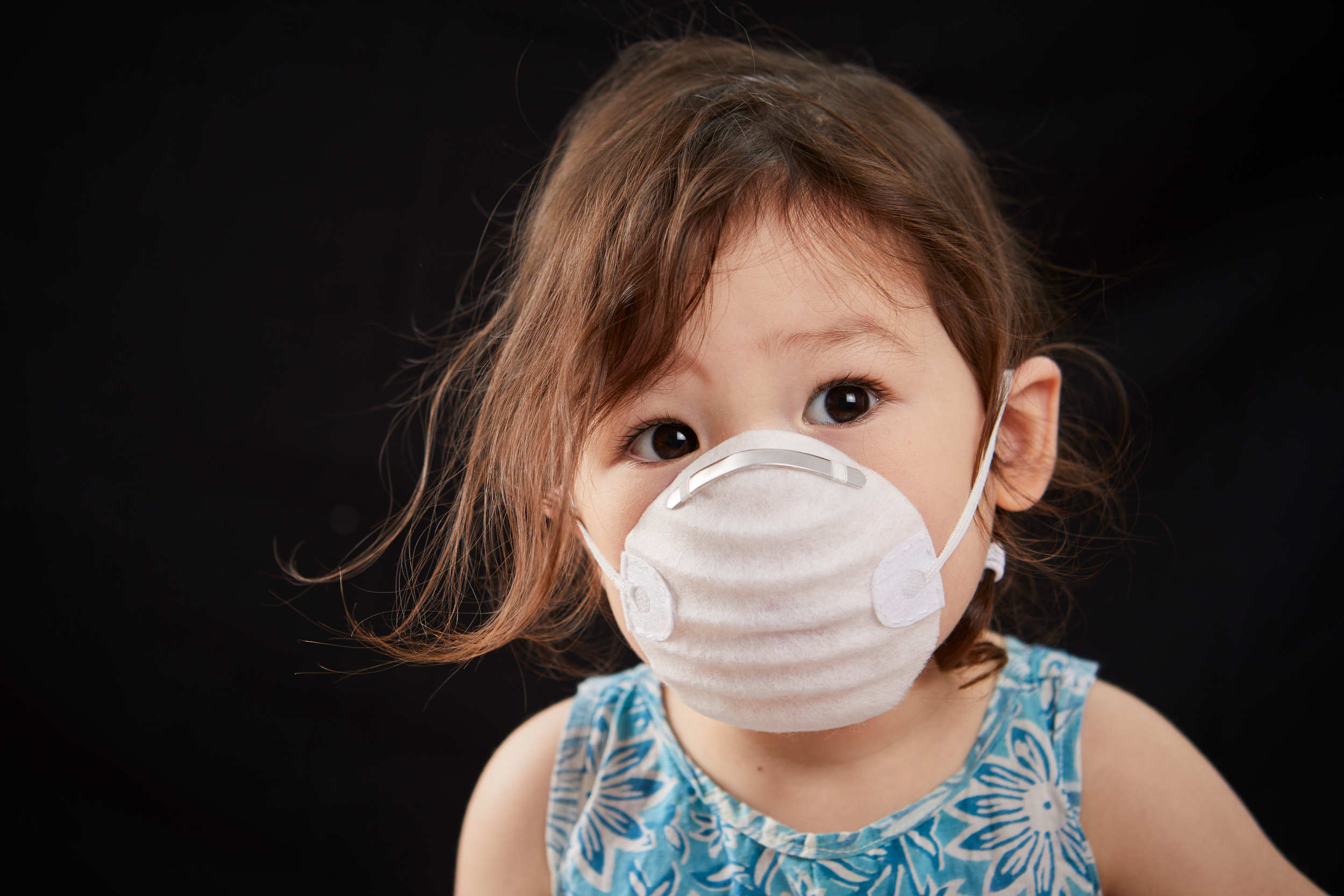 picture of child with air pollution mask