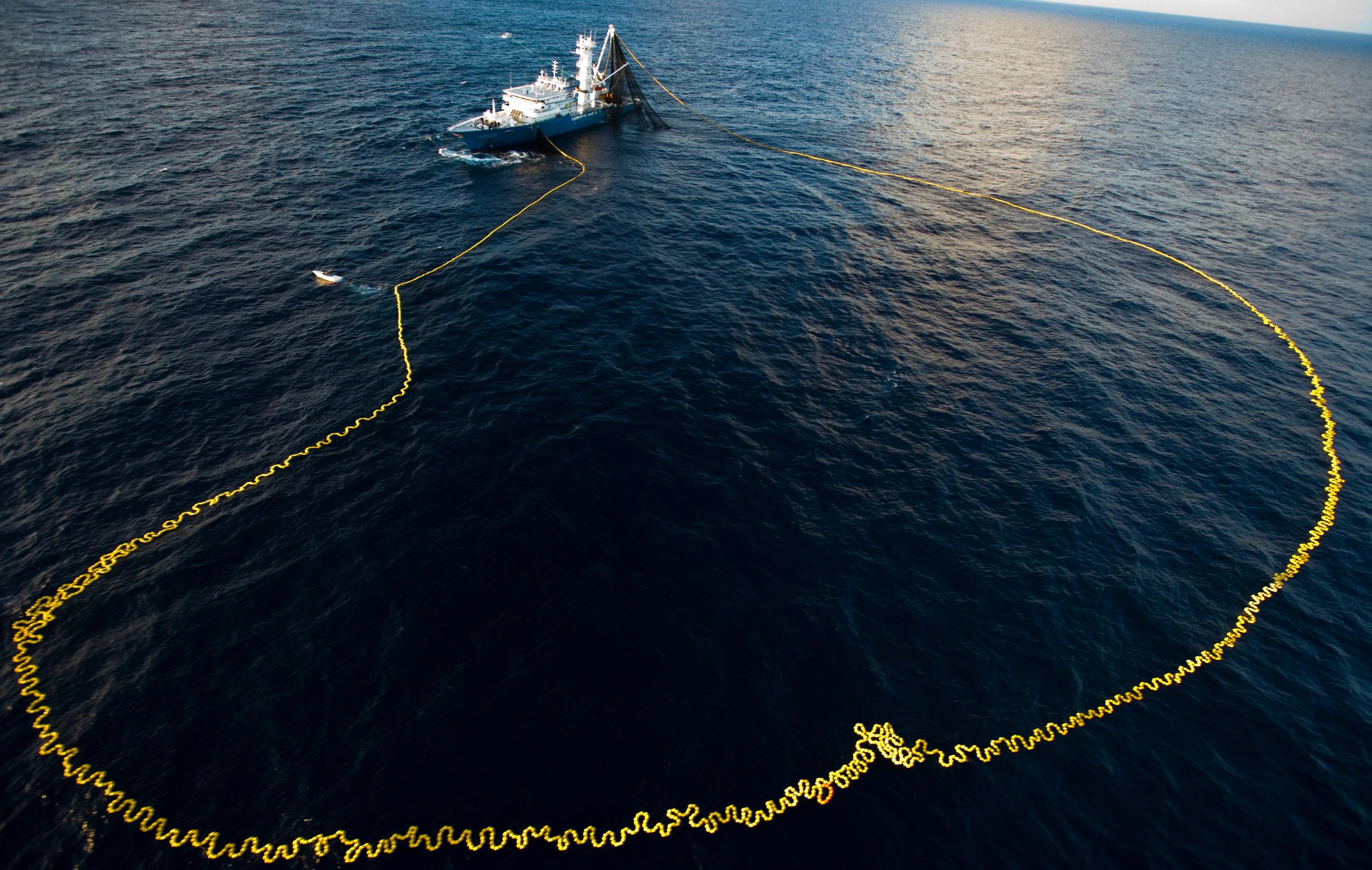 barco en el agua con red gigante