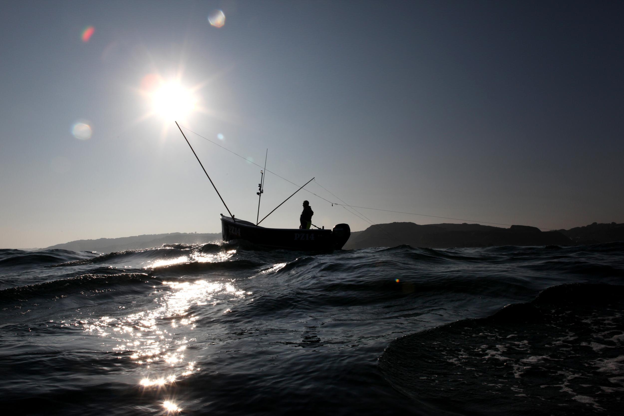 botecito en el mar con sol